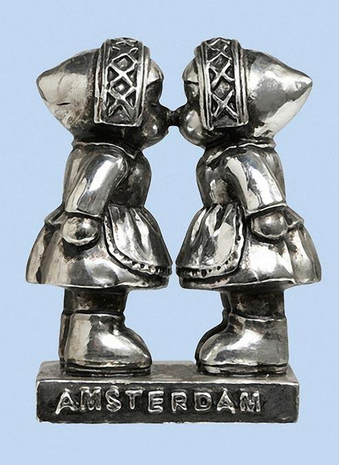 Statue Kissing Farmer Girls Silver in Giftbox