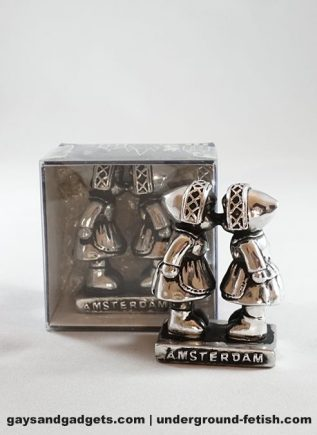 Statue Kissing Farmer Girls Silver in Giftbox