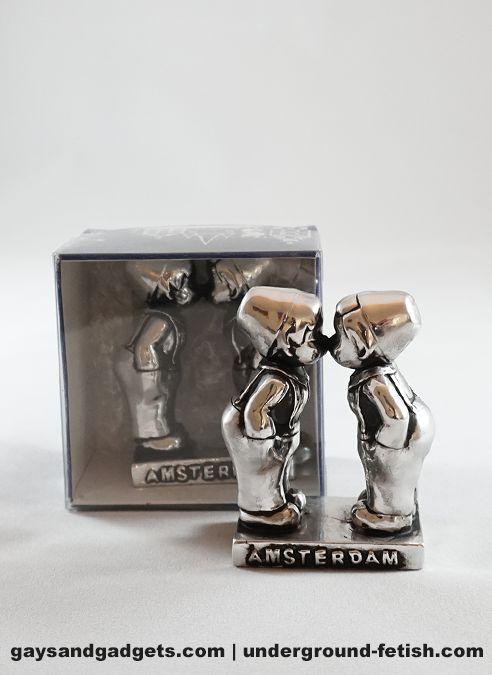 Statue Kissing Farmer Boys Silver in Giftbox